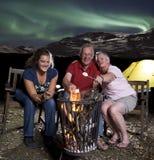 Famille au feu de camp Images libres de droits