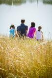 Famille au lac Photo stock