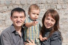 Famille au mur en pierre Images stock