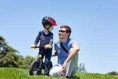 Famille au stationnement Photo libre de droits