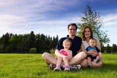 Famille au stationnement Photos stock