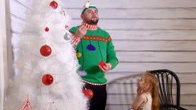Famille autour d'un arbre de Noël pour la décorer clips vidéos