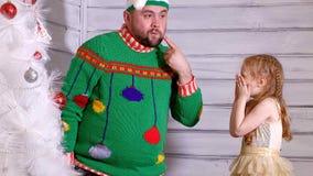 Famille autour d'un arbre de Noël pour la décorer banque de vidéos