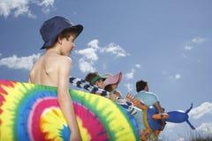 Famille avec des accessoires de plage image libre de droits