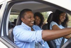 Famille avec des adolescents dans la voiture sur le voyage par la route images stock