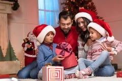 Famille avec des cadeaux de Noël image stock