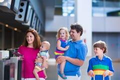 Famille avec des enfants à l'aéroport Photographie stock libre de droits