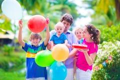 Famille avec des enfants à la fête d'anniversaire Images libres de droits