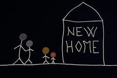 Famille avec des enfants appréciant la nouvelle maison, concept peu commun Photos libres de droits
