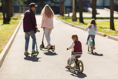 Famille avec des enfants au parc Photographie stock libre de droits