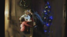 Famille avec des enfants célébrant Noël Images libres de droits