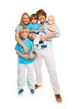 Famille avec des enfants d'arbre et des parents heureux Image stock