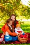 Famille avec des enfants en parc en automne images libres de droits