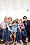 Famille avec des enfants observant Smart Photos stock