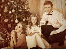 Famille avec des enfants rectifiant l'arbre de Noël Image libre de droits