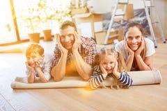 Famille avec des enfants se déplaçant à leur propre maison image stock