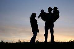 Famille avec des enfants sur des mains Image libre de droits