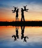 Famille avec des enfants sur des mains Photos libres de droits