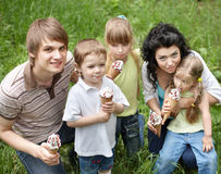 Famille avec des gosses mangeant de la glace. Photographie stock libre de droits