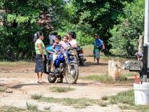 Famille avec des jeunes garçons sur un vélo de moteur Image libre de droits