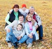 Famille avec des parents en stationnement d'automne Photo libre de droits