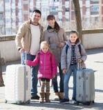 Famille avec des valises dans le voyage Photographie stock