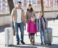 Famille avec des valises dans le voyage Photos libres de droits