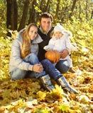 Famille avec deux descendants dans la forêt d'automne Photographie stock