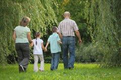 Famille avec deux enfants en stationnement tôt d'automne. photos stock