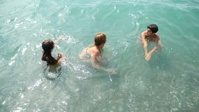 Famille, avec deux enfants, un frère et des soeurs éclaboussant dans les vagues de l'océan sur le rivage Ils attrapent la vague clips vidéos