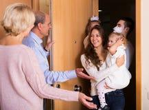 Famille avec deux filles rendant visite aux parents grands Photo stock