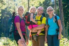 Famille avec deux filles sur la hausse dans les bois photo libre de droits