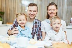 Famille avec deux gosses Photo stock