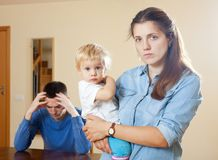 Famille avec l'enfant ayant le conflit photos stock