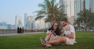 Famille avec l'enfant faisant le selfie visuel banque de vidéos