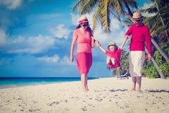 Famille avec l'enfant jouant sur la plage de sable photo stock