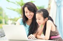 Famille avec l'ordinateur portatif Images libres de droits