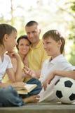 Famille avec la boule et le livre du football Photos libres de droits