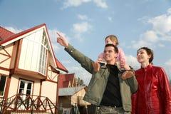 Famille avec la chéri et la maison image libre de droits
