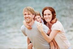 Famille avec la fille des vacances d'été images stock