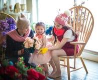 Famille avec la petite fille sur le cadeau de special d'A Image stock