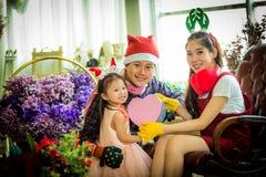 Famille avec la petite fille sur le cadeau de special d'A Image libre de droits