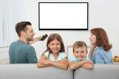 Famille avec la séance à télécommande images stock