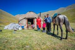 Famille avec la tente de nomade au Kirghizistan images libres de droits
