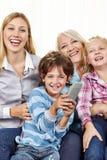 Famille avec la TV de observation à télécommande Photo stock
