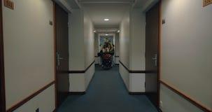 Famille avec le bagage arrivant à l'hôtel clips vidéos