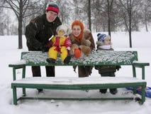 Famille avec le banc. l'hiver Images stock