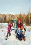 Famille avec le bonhomme de neige Photo stock