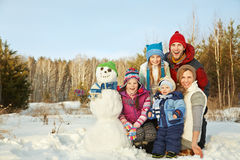 Famille avec le bonhomme de neige Images stock