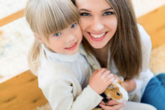 Famille avec le cavy Photographie stock libre de droits